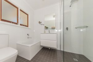 Elderton-Guest-House-bathroom
